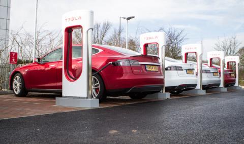 Tesla quiere instalar sus cargadores en las gasolineras