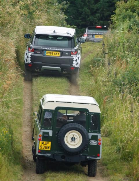 Land Rover Defender y Range Rover convoy conectado