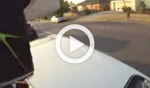 Motorista embestido aterriza en el techo de un coche