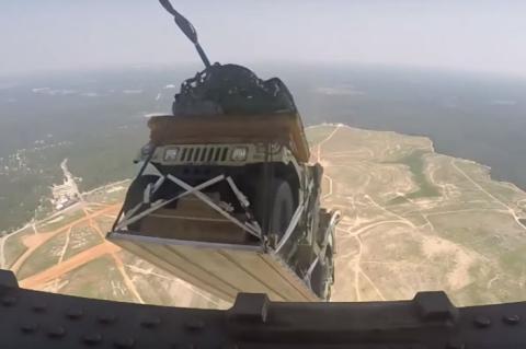 Vídeo: coches militares, en paracaídas desde un avión