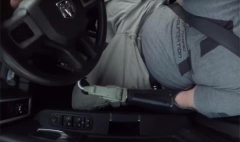Vídeo: cómo conducir solo con 1 brazo (y sin piernas)