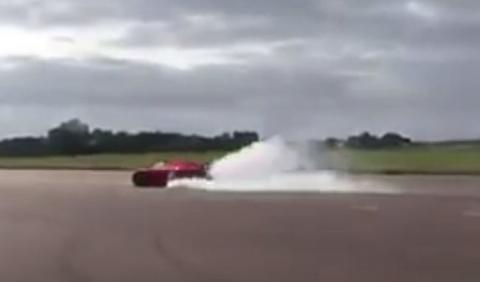 Sí, el Koenigsegg Regera quema ruedas que da gusto
