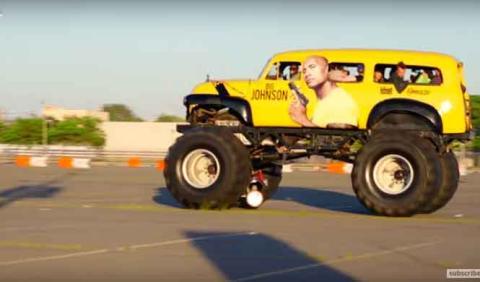 La Roca Johnson destroza lo que pilla con un monster truck