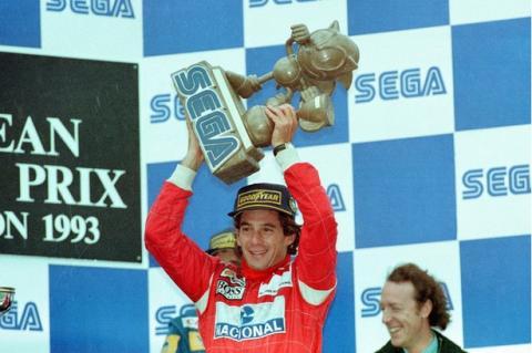 Ayrton Senna recibe un trofeo de Sonic en el GP de Europa de 1993
