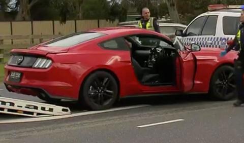 Roba un Mustang y se empotra contra la policía