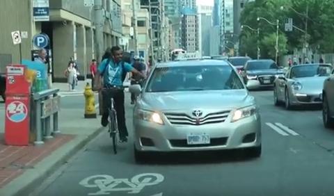 Vídeo: taxista atropella a un ciclista ¡a propósito!