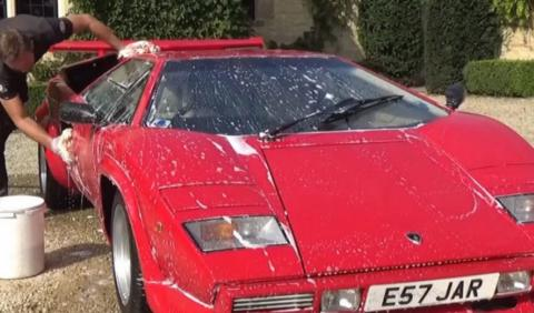 Vídeo: este Lamborghini recibe más mimos que tú en casa