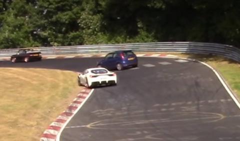 Nürburgring: Un Fiesta a punto de chocar contra un Ferrari
