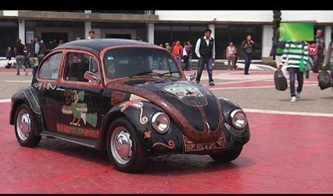 Vocho Teotihuacano: un Beetle cubierto de piedras preciosas