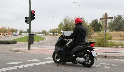 Honda PCX 125 Start-Stop, semáforo