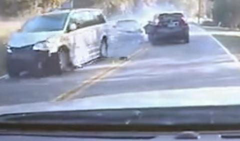 Vídeo: adelanta ilegalmente y provoca un accidente múltiple