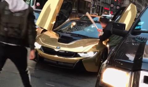 Vídeo: rompe con un bate el parabrisas de un BMW i8 dorado