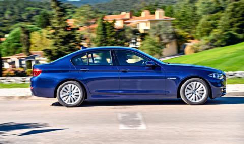 BMW bloquea a un ladrón en el interior del coche