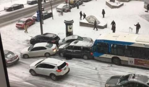 Vídeo: choque en cadena en una calle nevada