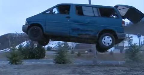 Olvídate de los desguaces, así se destruye una furgoneta