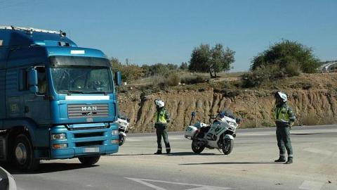 El peligro que supone para la Guardia Civil parar un camión