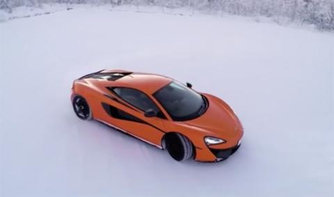 ¡Wow! Un McLaren 570S derrapando en un lago helado