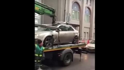 La grúa se lleva su coche y encima lo destroza