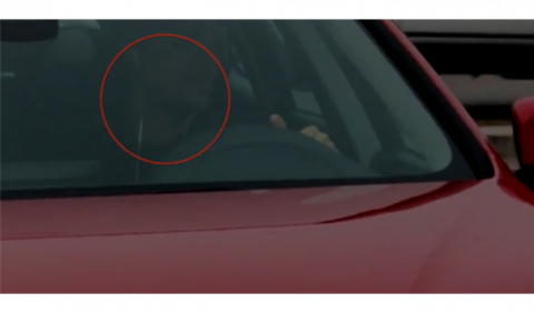 Un futbolista es pillado con auriculares al volante
