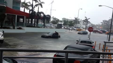 Intenta atravesar una calle inundada con un Nissan 370Z