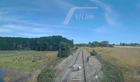 Salta de la moto para evitar ser arrollado por el tren