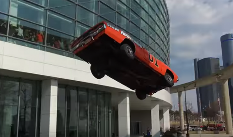 El espectacular salto sin red de un Dodge Charger
