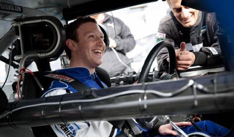Vídeo: Mark Zuckerberg conduce un coche de NASCAR
