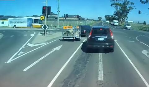Vídeo: un conductor se salta un semáforo y…