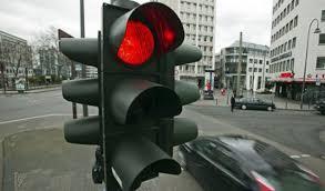 El mundo al revés: un hombre denuncia a un semáforo