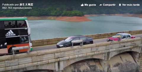Un dron graba al conductor de un Tesla Model X en problemas