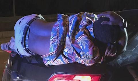 Conducen 22 km con un hombre dormido sobre su maletero