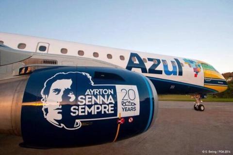 Aviones y futbolistas con casco en los homenajes a Senna