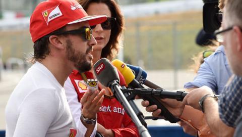 Fernando Alonso felicita a Carlos Sainz Jr