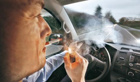 Fumar mientras conduces es una de las causas más comunes de distracción al volante