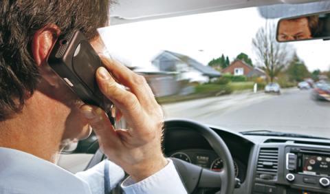 Hablar por el teléfono móvil mientras conduces es una causa de distracción al volante