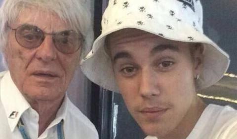 Justin Bieber se hace un 'selfie' con Ecclestone en Mónaco