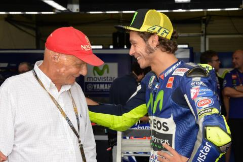 Niki Lauda se va a ver las motos y critica la F1