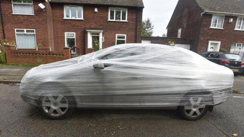Cubre un coche con film transparente