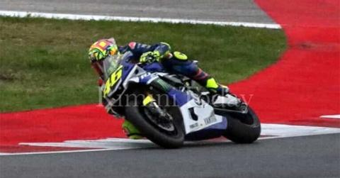 Valentino Rossi se sube a una moto 14 días después de su lesión