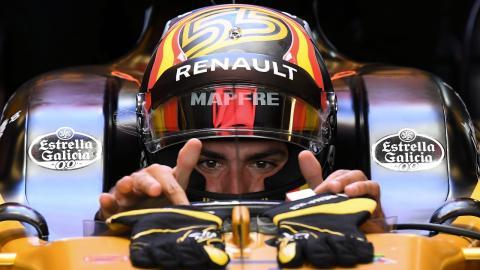 Carlos Sainz box F1 Renault