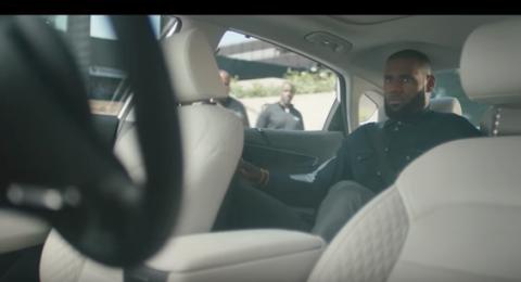 LeBro James en un coche autonomo