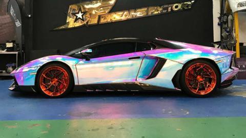 Lamborghini Aventador con vinilo holográfico