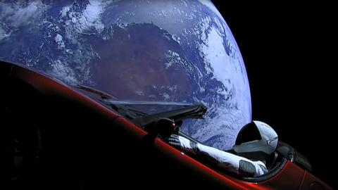 El Tesla Roadster sigue en el espacio