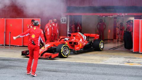 Sebastian Vettel en el pit lane