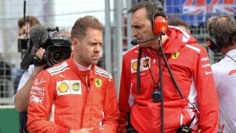 Sebastian Vettel, junto a su ingeniero