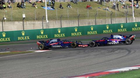 Toque entre los Toro Rosso en China