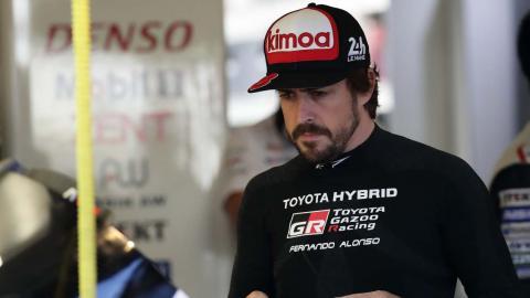 Alonso en el box de Toyota