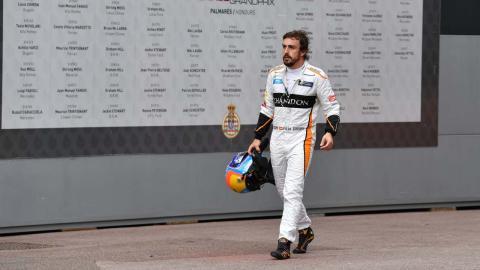 Alonso, en el paddock de Mónaco