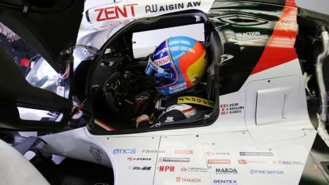 Alonso en el pitlane de Le Mans