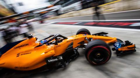 Fernando Alonso en el pit-lane de Austria